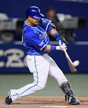 4回DeNA無死、宮崎が左越えに本塁打を放つ(15日、ナゴヤドーム)=共同