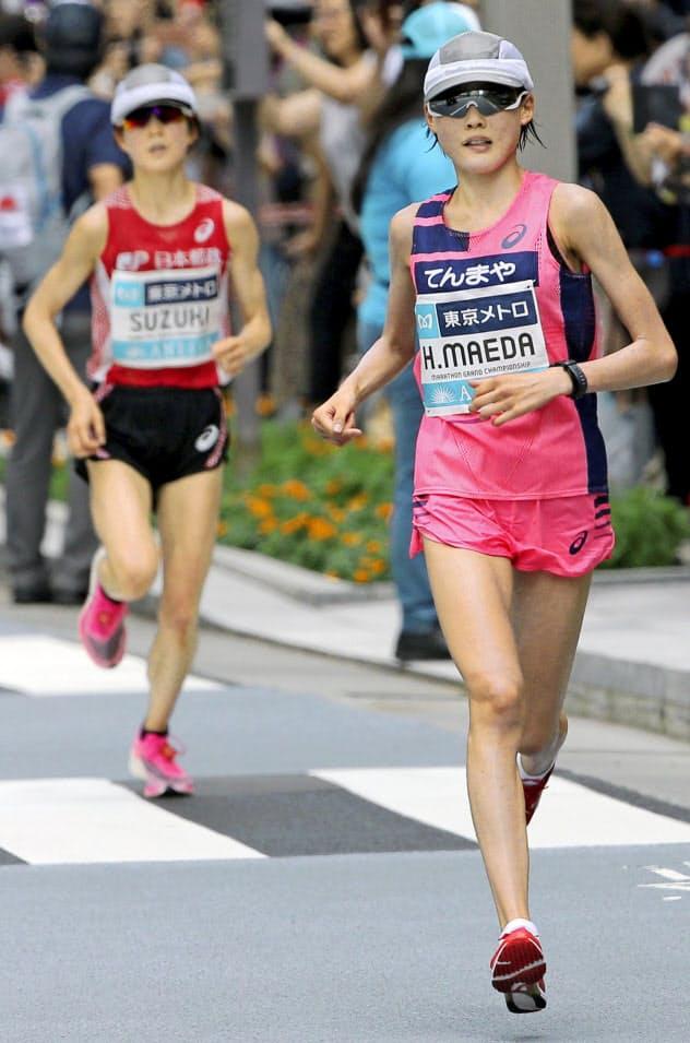 20キロ付近で鈴木亜由子(左)を引き離す前田穂南=代表撮影