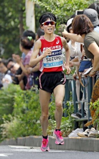 レース終盤の上り坂で力走する2位の鈴木亜由子=共同