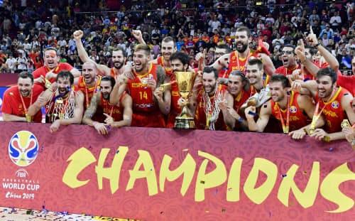 バスケットボール男子のW杯で優勝し、トロフィーを手に喜ぶスペインの選手たち(15日、北京)=共同