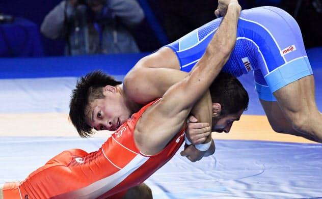 男子グレコローマン63キロ級決勝 ロシア選手(下)を攻める太田忍(15日、ヌルスルタン)=共同
