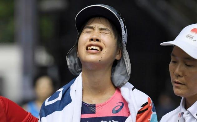 女子 3位でゴールした小原怜(15日、東京・明治神宮外苑)=共同