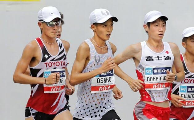 男子 27キロ付近を力走する(右から)優勝した中村匠吾、3位の大迫傑、2位の服部勇馬(15日、東京・銀座)=共同