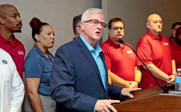 12年ぶりのストライキ入りを発表するUAW幹部(15日、米デトロイト)=ロイター