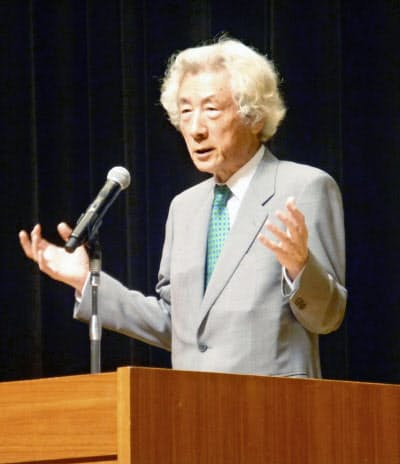 講演する小泉純一郎元首相(15日午後、茨城県日立市)