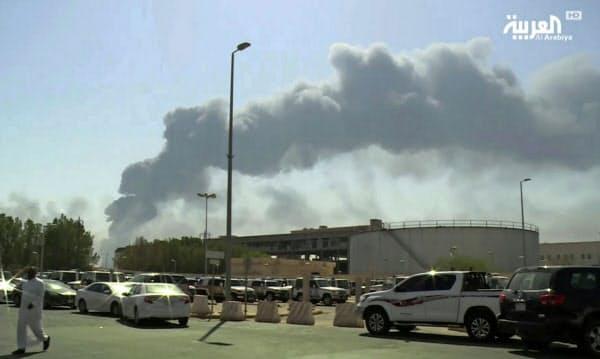 煙が上がるサウジアラムコの石油関連施設(14日、サウジ東部アブカイク)=AP