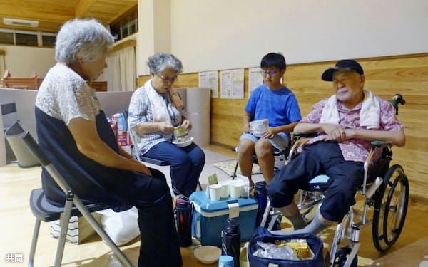 雨に備え、千葉県南房総市内の避難所に避難してきた家族ら(15日午後7時ごろ)=共同