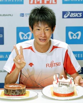 マラソンの東京五輪出場権獲得から一夜明け、27歳の誕生日を祝うケーキに笑顔を見せる中村匠吾(16日、東京都内)=共同