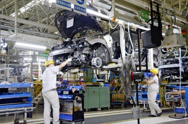 中国の工業生産は主力の自動車が振るわない(7月、日産自動車の大連工場の製造現場)=共同