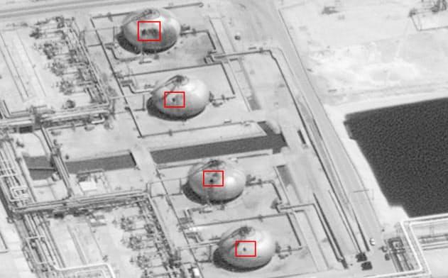 攻撃で損壊した国営石油会社サウジアラムコのアブカイクの石油施設(米政府、DigitalGlobe提供・AP=共同)