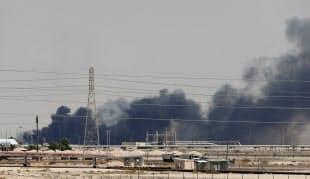 14日、攻撃を受けて煙を上げるサウジアラビア東部アブカイクの石油施設=ロイター