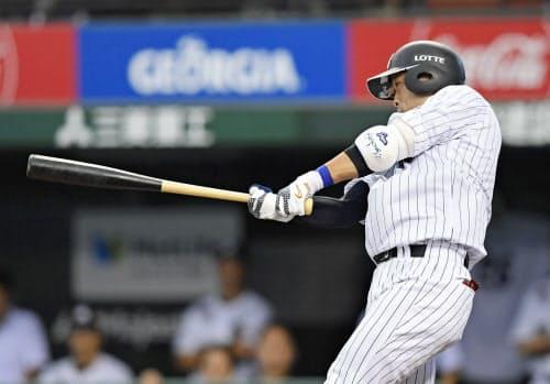 6回ロッテ無死満塁、清田が左前に同点打を放つ(16日、メットライフドーム)=共同