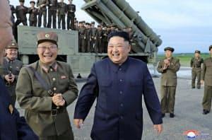 8月下旬に兵器の試射を視察した北朝鮮の金正恩委員長=朝鮮中央通信・共同