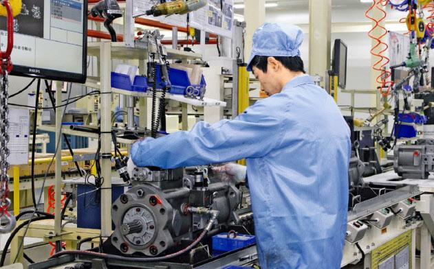 貿易戦争の影響で製造業の不振が際立つ(江蘇省の工場)
