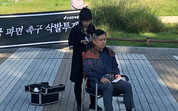 バリカンで丸刈りにする自由韓国党の黄教安代表(16日、ソウル市)