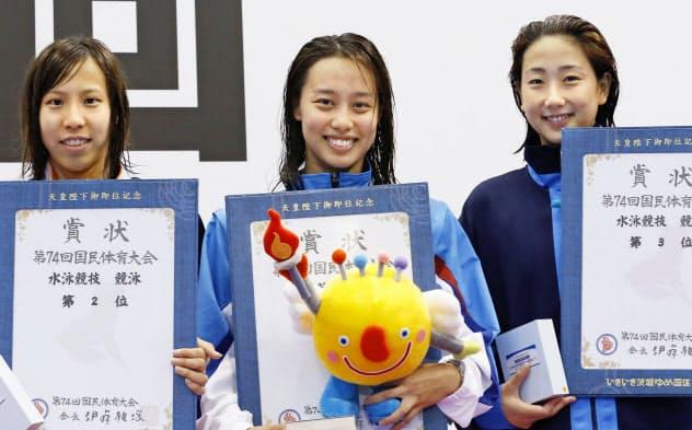 成年女子50メートル自由形を大会新で優勝した岐阜・今井月=中央(16日、山新スイミングアリーナ)=共同