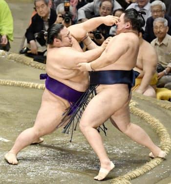 貴景勝(左)が押し出しで玉鷲を破る(16日、両国国技館)=共同