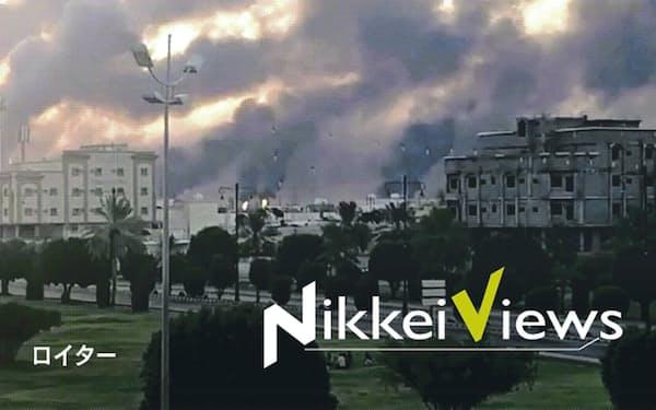 サウジアラビア東部で石油施設から上がる煙(14日)=ソーシャルメディアより、ロイター