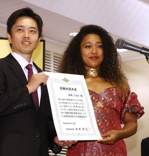 吉村大阪府知事(左)から感動大阪大賞を受ける大坂なおみ選手(16日午後、大阪市北区)