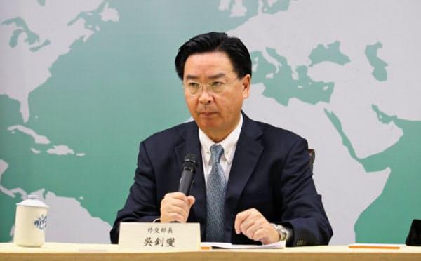 ソロモン諸島との断交を発表する台湾の呉外相(16日夜、台北市内)