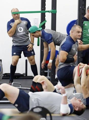 ラグビーW杯に向け調整するアイルランド代表。左奥はベスト主将(16日、千葉県市原市)=共同