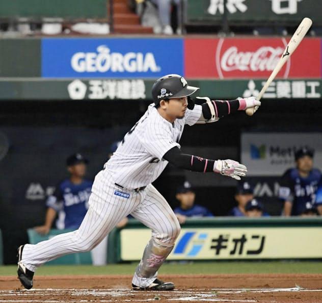 6回ロッテ無死満塁、田村が中前に勝ち越しの2点打を放つ=メットライフドーム