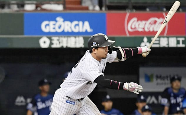 6回ロッテ無死満塁、田村が中前に勝ち越しの2点打を放つ(メットライフドーム)=共同