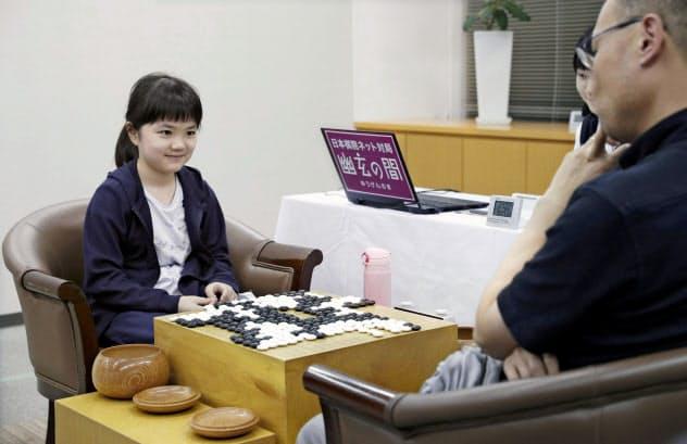 囲碁の第59期十段戦予選Cで古田直義四段(右)を破り、笑顔で対局を振り返る仲邑菫初段(16日午後、大阪市の日本棋院関西総本部)=共同