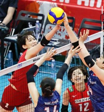 日本―韓国 第3セット、ネット際で競り合う古賀。右下は佐藤(16日、横浜アリーナ)=共同