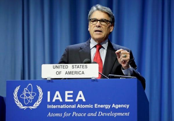 IAEAの総会で演説する米国のペリー・エネルギー長官(16日、ウィーン)=ロイター