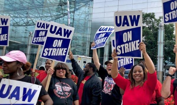 GMの本社前でストライキのデモを行うUAWの組合員(16日、米デトロイト)