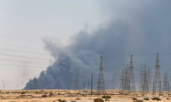 黒煙の上がったサウジアラムコの石油施設(14日)=ロイター
