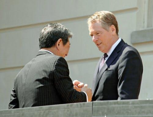日米は9月下旬に貿易協定で署名する見通し(USTR代表のライトハイザー氏(右))=共同