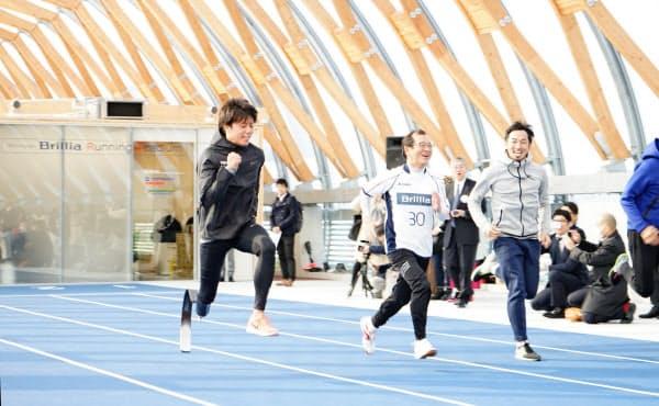「新豊洲ブリリアランニングスタジアム」では義足のアスリートと一緒に楽しむ人も増えている(東京都江東区)
