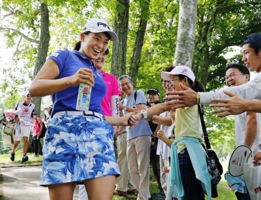 プロのゴルフトーナメントは他のスポーツと違い、選手と観客の距離が圧倒的に近い=共同