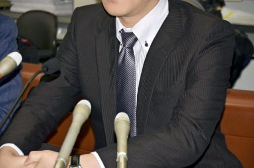 判決後に記者会見する原告の男性(17日午前、札幌市)=共同