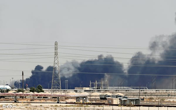 14日、攻撃を受けて黒煙をあげるサウジアラムコの石油施設=ロイター