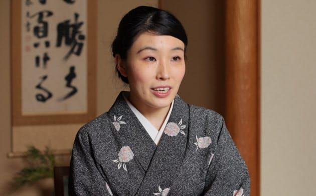 専業主婦だった宮崎知子さんは突然、女将として老舗旅館を継ぐことになった