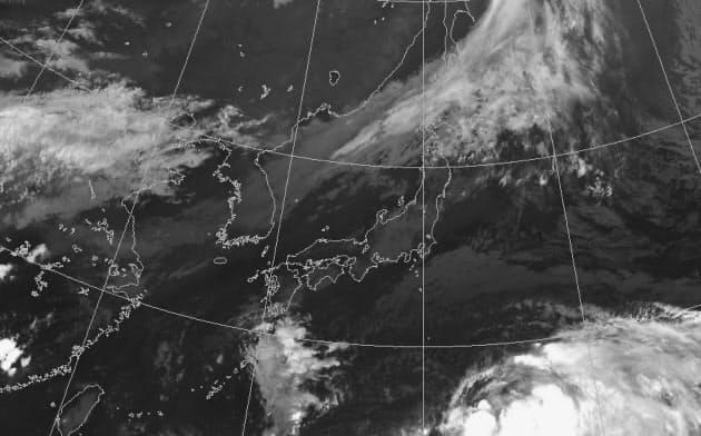 先週末、日本の南にあった雲の塊は台風になりそうでならなかった(9月14日午後7時の気象衛星画像。気象庁提供)