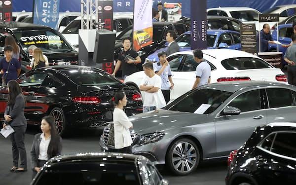 タイでは家計債務の増加で自動車ローンの審査が厳しくなった(8月、バンコクの自動車ショー)