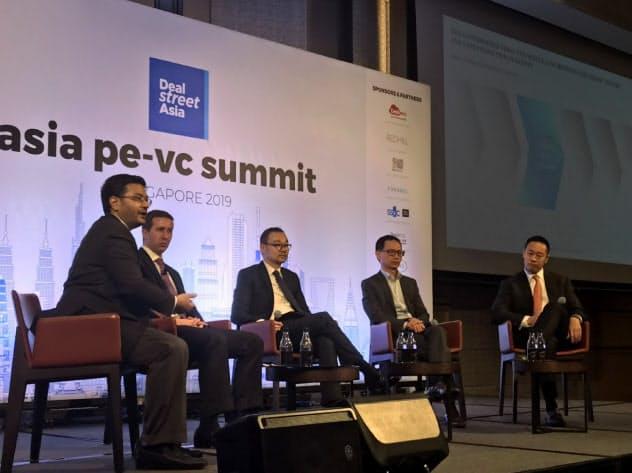 ディールストリートアジアのシンポジウムで議論する投資ファンド関係者(17日、シンガポール)