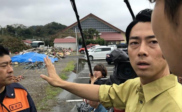 小泉氏は16日、災害廃棄物の仮置き場を視察した(千葉県南房総市)