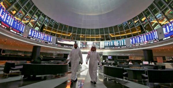 サウジアラビアの石油施設への攻撃を受け、世界各地で原油価格が一時急騰した(写真はバーレーンの取引所、ロイター)