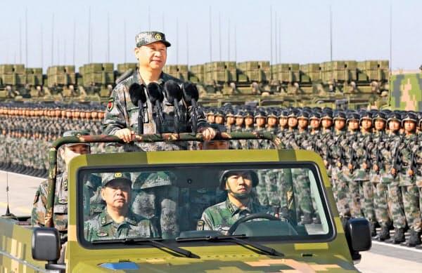 習氏は2年ぶりの閲兵に臨む(2017年、内モンゴル自治区で)=新華社・共同