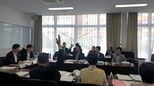自民などの賛成多数で可決した(17日、横浜市議会)