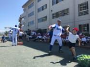 子供たちは選手から投げ方や打ち方を教わっていた(神奈川県横須賀市)