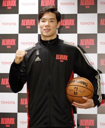 記者会見でNBA挑戦を表明し、ポーズをとるバスケットボール男子のBリーグ1部、A東京の馬場雄大(17日午後、東京都立川市)=共同