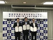 豊中市役所で行われた調印式。長内繁樹市長(右から2人目)らが参加。