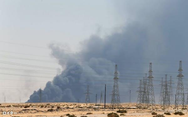 黒煙の上がった国営石油会社サウジアラムコの石油施設(14日)=ロイター