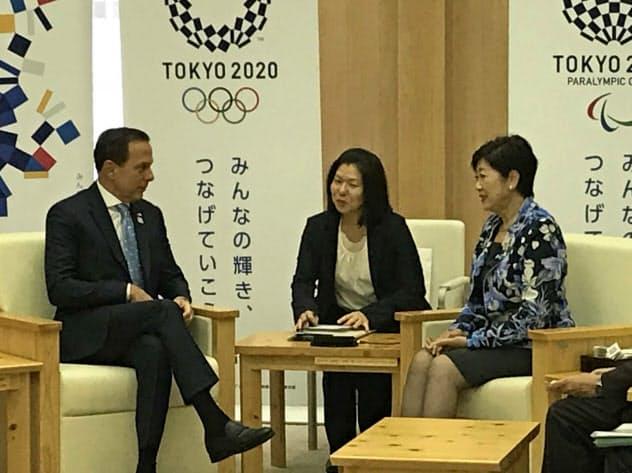 東京都の小池百合子知事(右)に「サンパウロハウス」を提案した、ブラジル・サンパウロ州のジョアン・ドリア知事(左、17日、都庁)